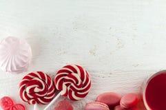 Красная ложь помадок на белом деревянном столе Мармелад, зефир, дамы, чай плодоовощ, помадки Валентайн дня s Стоковое Изображение