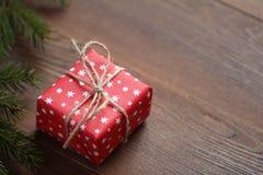 Красная малая подарочная коробка на деревянном столе Стоковое Изображение RF