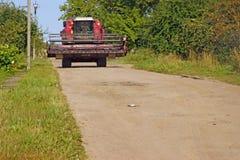 Красная машина жатки зернокомбайна выходит поле стоковые изображения