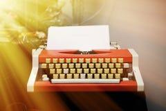 Красная машинка на деревянном столе Стоковые Изображения RF