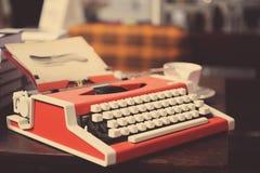Красная машинка на деревянном столе Стоковая Фотография RF