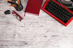 Красная машинка на таблице с офисом Стоковое Изображение
