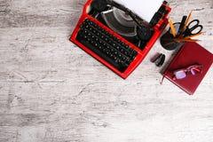 Красная машинка на таблице с офисом Стоковое Фото