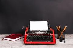 Красная машинка на таблице с офисом Стоковые Изображения RF