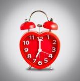 Красная метка звонок с двумя чашками часов на часах ` 7 o Стоковые Изображения RF