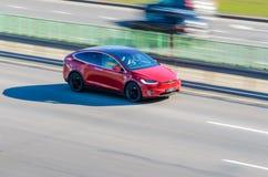Красная модель x Tesla на дороге в движении стоковая фотография
