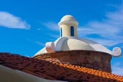 Красная морокканская крыша с белым куполком штукатурки Стоковые Фото