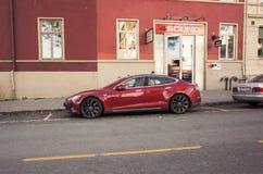 Красная модель s Tesla, полноразмерная все-электрическая 5-дверь Стоковые Изображения RF