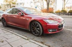 Красная модель s Tesla, полноразмерный все-электрический автомобиль Стоковое Фото