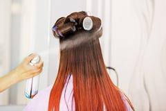 Красная молодая женщина волос на парикмахере Стоковая Фотография RF