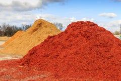 Красная насыпь mulch или деревянной щепки стоковое фото rf