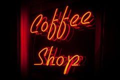 Красная неоновая версия правильной позиции знака кофейни Стоковое фото RF