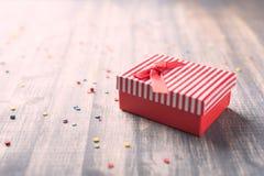 Красная подарочная коробка на деревянной предпосылке Стоковые Изображения