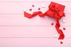 Красная подарочная коробка с малыми сердцами стоковые изображения
