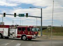 Красная пожарная машина спеша к огню, Tulsa, Оклахома Стоковые Фотографии RF