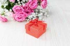 Красная подарочная коробка и букет связанный вектор Валентайн иллюстрации s 2 сердец дня Стоковые Фото