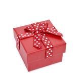 Красная подарочная коробка связанная с красной лентой Стоковые Фото
