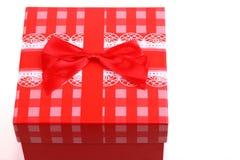 Красная подарочная коробка с взгляд сверху смычка Стоковые Изображения