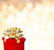 Красная подарочная коробка с золотой предпосылкой смычка для любого случая Стоковая Фотография