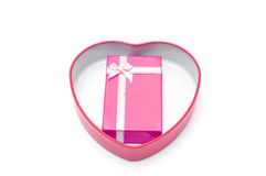 Красная подарочная коробка с смычком ленты в изолированной коробке сердца Стоковая Фотография RF
