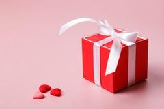 Красная подарочная коробка с смычком и малыми сердцами Стоковая Фотография RF