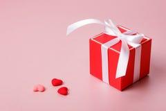 Красная подарочная коробка с смычком и малыми сердцами Стоковая Фотография