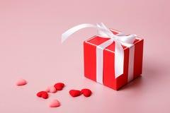 Красная подарочная коробка с смычком и малыми сердцами Стоковые Изображения RF