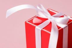 Красная подарочная коробка с смычком и малым сердцем Стоковые Фото