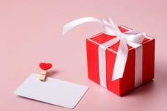 Красная подарочная коробка с шаблоном карточки смычка и кредита/посещения с струбциной Стоковое Изображение