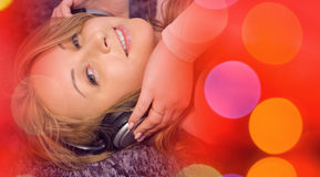 Красная предпосылка музыки, молодая милая женщина слушая к музыке Стоковое фото RF