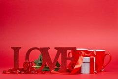 Красная предпосылка с знаком влюбленности Стоковая Фотография