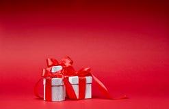 Красная предпосылка с подарками Стоковая Фотография