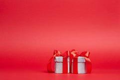 Красная предпосылка с подарками Стоковые Изображения RF