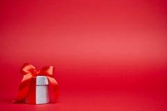 Красная предпосылка с подарками Стоковое фото RF