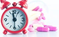 Красная предпосылка часов и медицины Стоковые Изображения