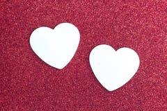 Красная предпосылка яркого блеска и 2 белых сердца Стоковые Изображения RF