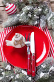 Красная плита, декоративная птица, нож и вилка, салфетка и шарик Стоковые Изображения RF
