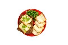 Красная плита с куском хлеба и беконом Стоковые Фото