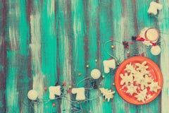 Красная плита с печеньями для рождества Предпосылка бирюзы Стоковая Фотография RF