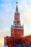 Красная площадь захода солнца зимы Кремля Москвы башни Spasskaya Стоковая Фотография RF