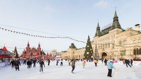 Красная площадь и люди катаются на коньках Стоковые Фотографии RF