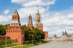 Красная площадь, КАМЕДЬ и башни Кремля, Москва, Россия Стоковое Фото