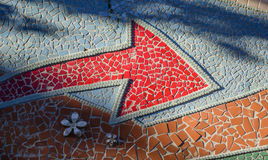 Красная раскосная стрелка на текстурированной стене Стоковые Фотографии RF