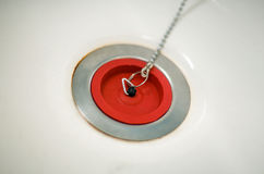 Красная резиновая штепсельная вилка ванны на цепи Стоковые Фотографии RF