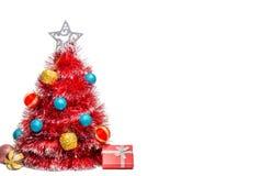 Красная рождественская елка, украшения и подарок на белой предпосылке Стоковая Фотография RF