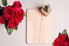 Красная роза и кактус на доске Стоковое Фото