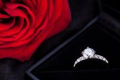 Красная роза и кольцо с бриллиантом в коробке стоковое фото rf