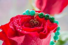 Красная роза и сердце с влюбленностью Стоковые Изображения