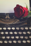 Красная роза на машинке Стоковые Изображения RF