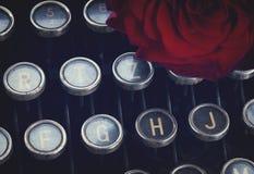 Красная роза на машинке Стоковое Изображение RF